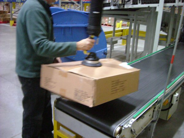 lifting boxes from conveyor with handheld vacuum lifter