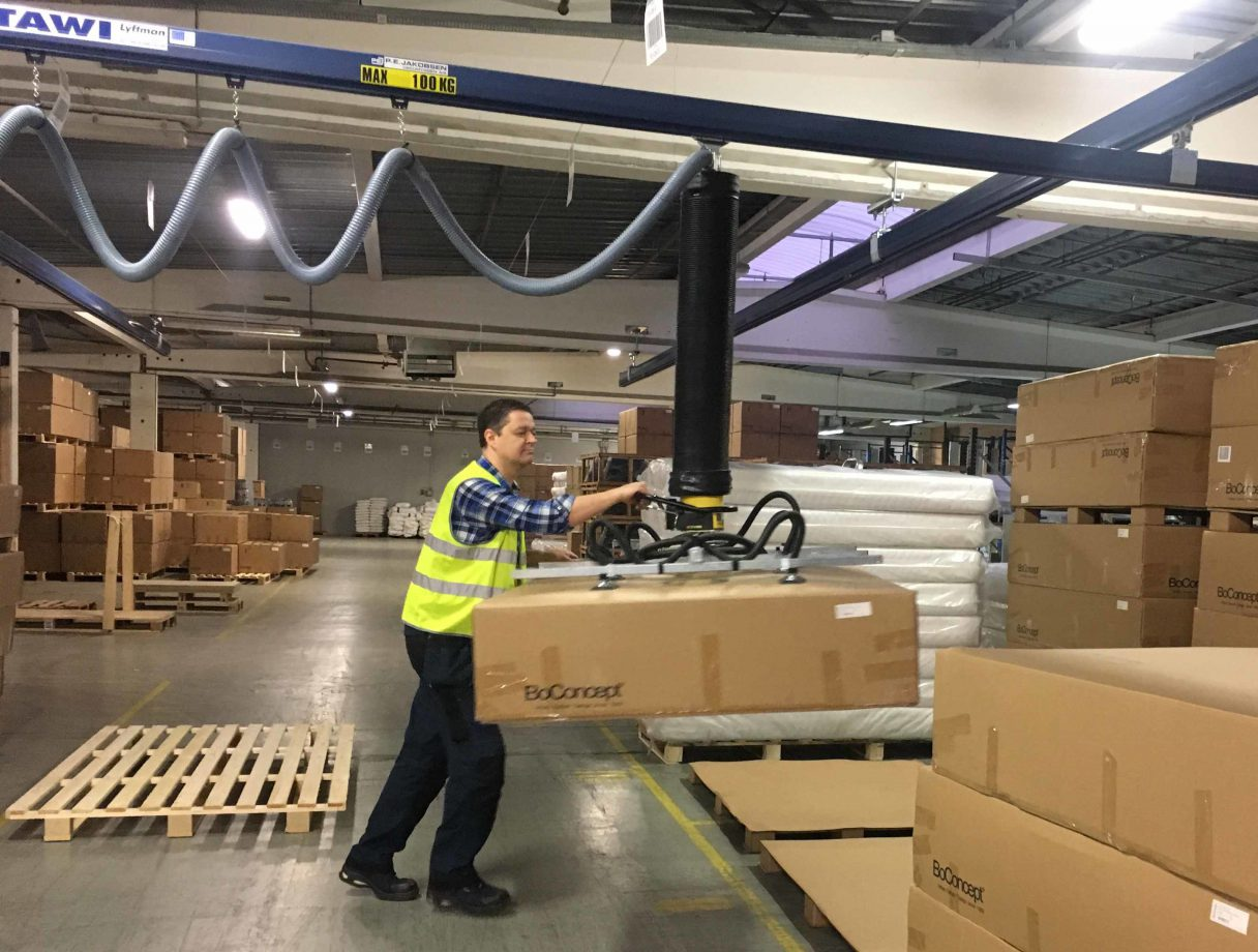 lifting box onto pallet with vacuum lifter
