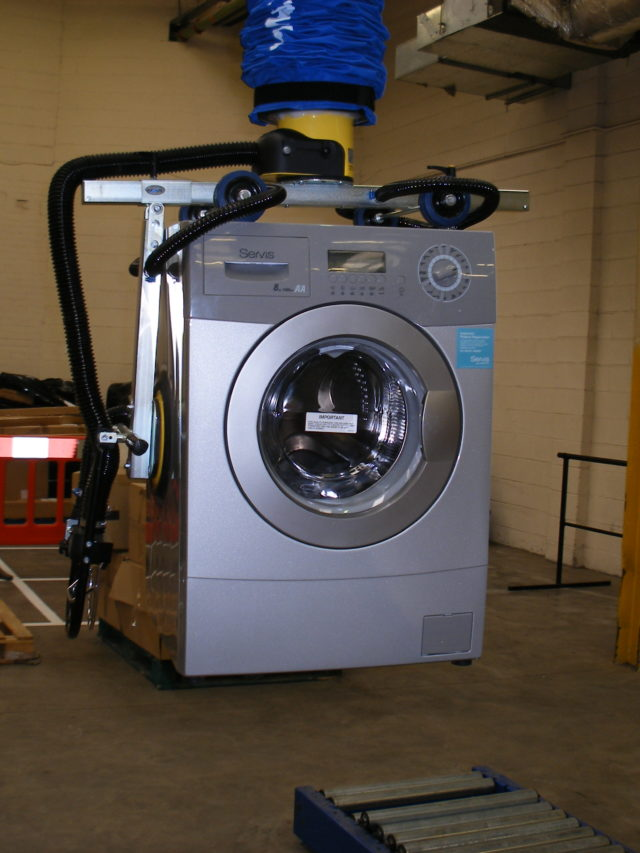 Lifting washing machine with vacuum lifter
