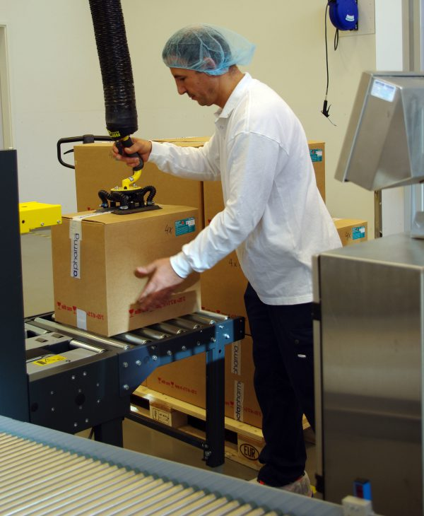 lifting boxes from conveyor using handheld vacuum lifter