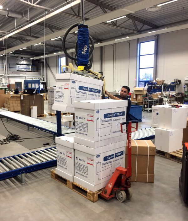 lifting boxes with vacuum lifter