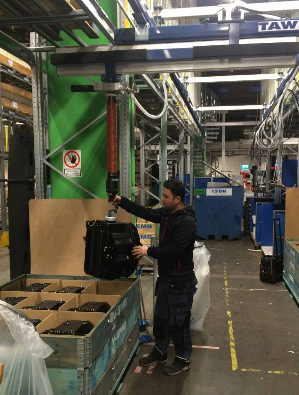 Lifting automotive componens onto pallet using vacuum lifter
