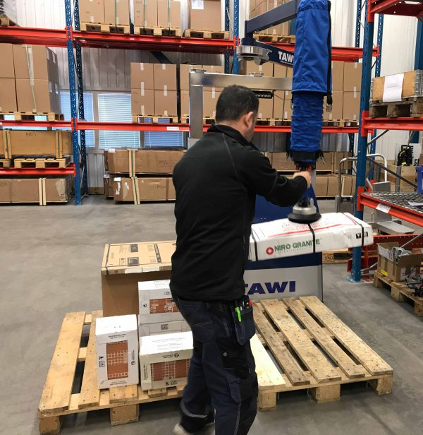 Lifting boxes onto pallet with vacuum lifter