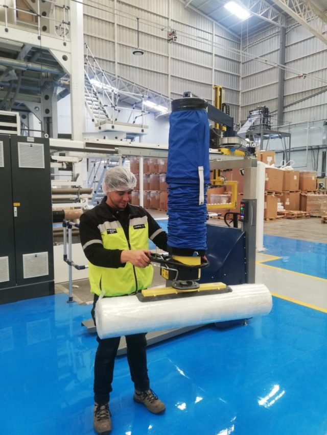 lifting roll with mobile vacuum lifter