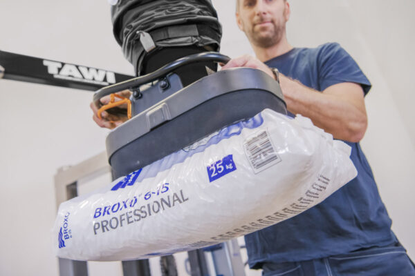 Lifting plastic sack with mobile vacuum lifter