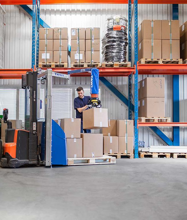 Mobile vacuum lifter used for order picking with forklift