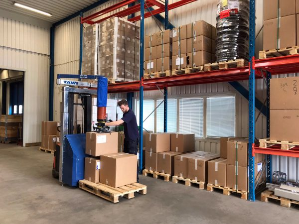 picking orders in warehouse with mobile vacuum lifter