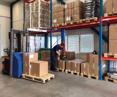 order picking from pallet racks with mobile vacuum lifter