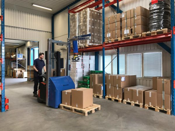 picking order in warehouse with mobile vacuum lifter