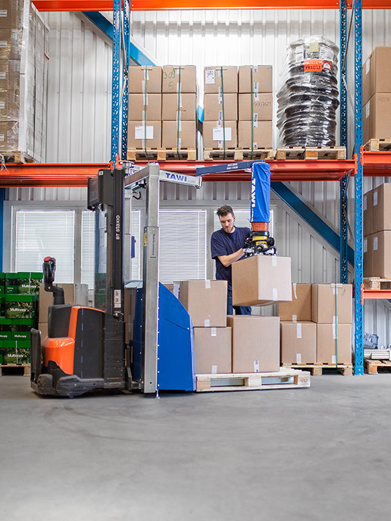 Lifting boxes onto pallet with mobiel vacuum lifter
