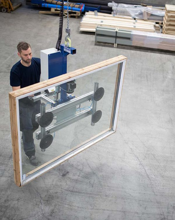 lifting glass sheet with vacuum yoke on hiost