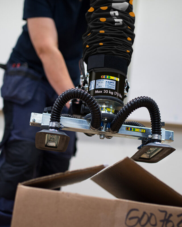 Lifting open boxes with handhold VacuEasylift