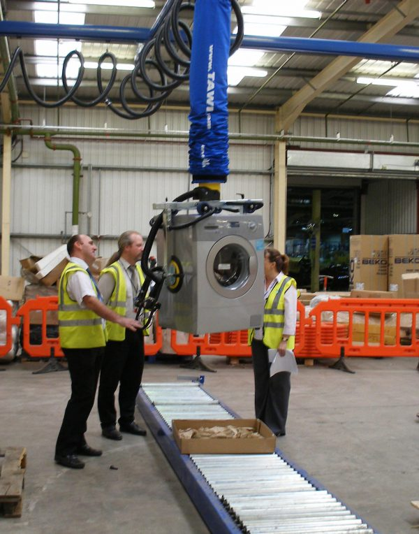 Lifting washing machine using a handheld vacuum lifter