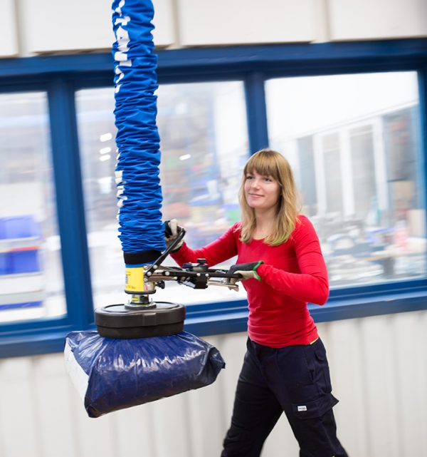 Lifting plastic bag using vacuum lifter
