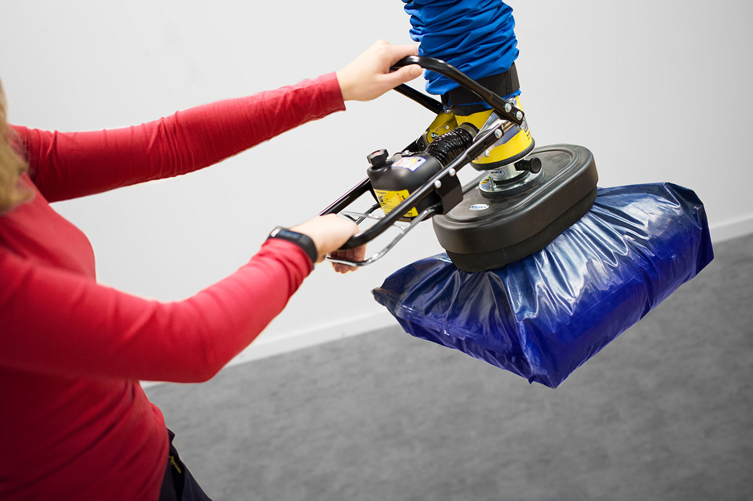 lifting plastic sack with handheld vacuum lifter