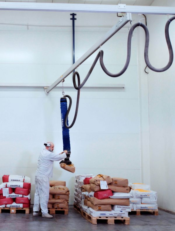 Lifting paper sacks from pallet with handheld vacuum lifter