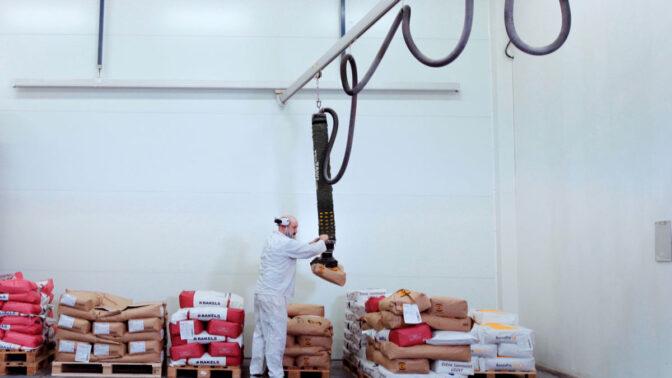 Single girder crane with vacuum lifter