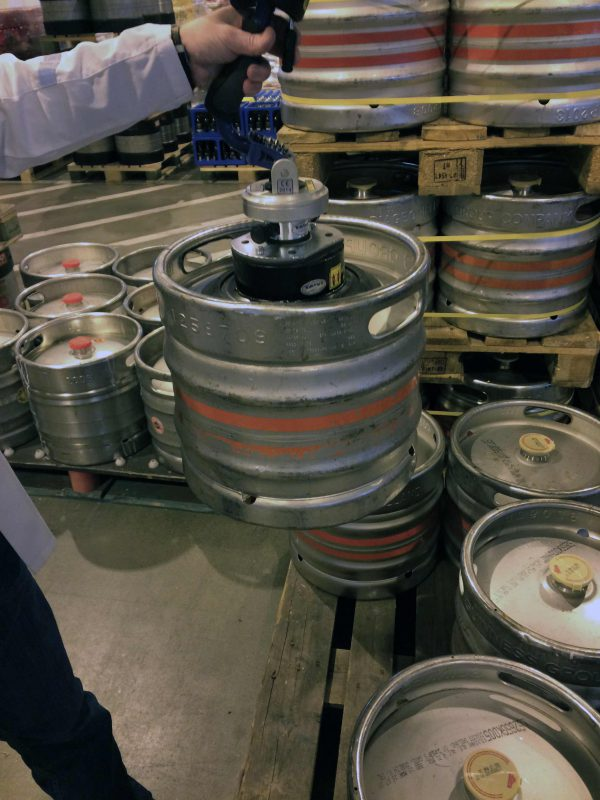 Keg lifted by handheld vacuum lifter