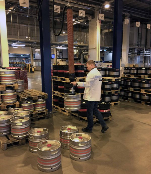 lifting kegs using handheld vacuum lifter