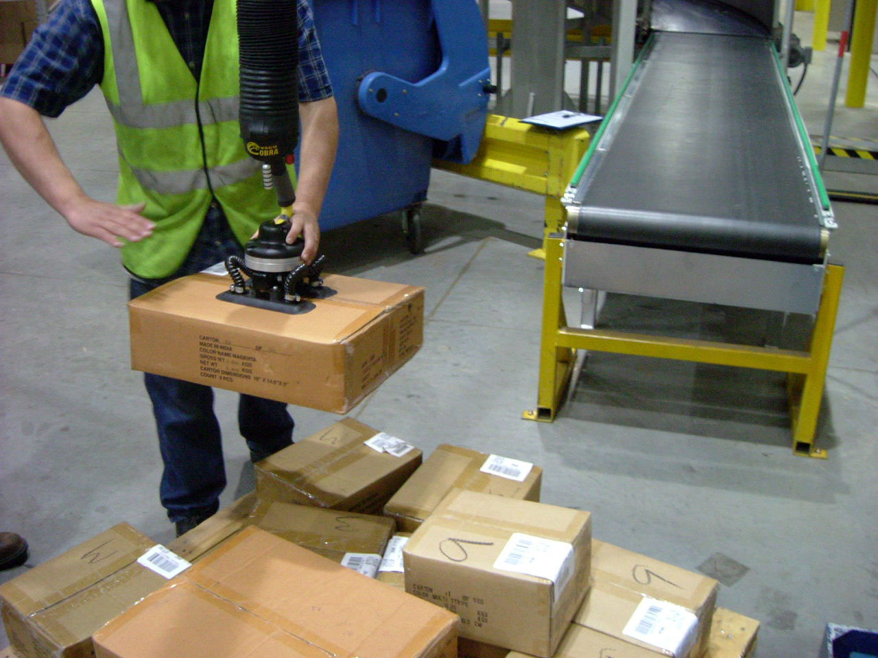 Lifting parcels from conveyor to pallet