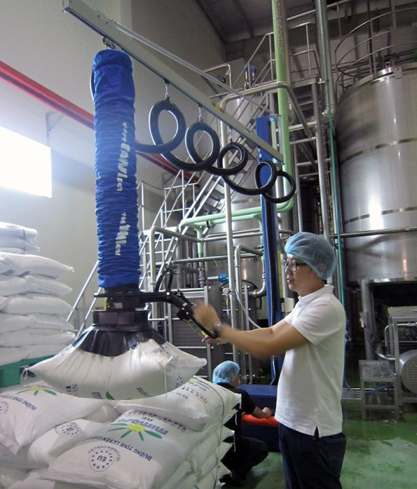 lifting plastic sack with vacuum lifter