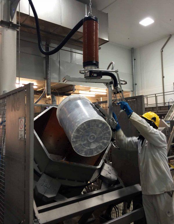 emptying drum into hopper using vacuum lifter