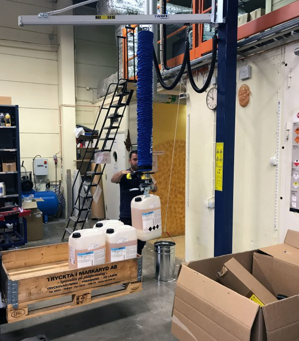 lifting plastic containers with vacuum lifter