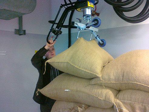 lifting jute sacks with vacuum lifter