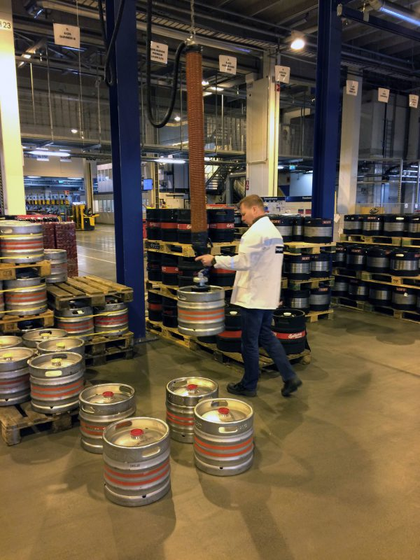 lifting kegs with vacuum lifter