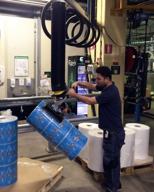 lifting and turning reels with vacuum lifter