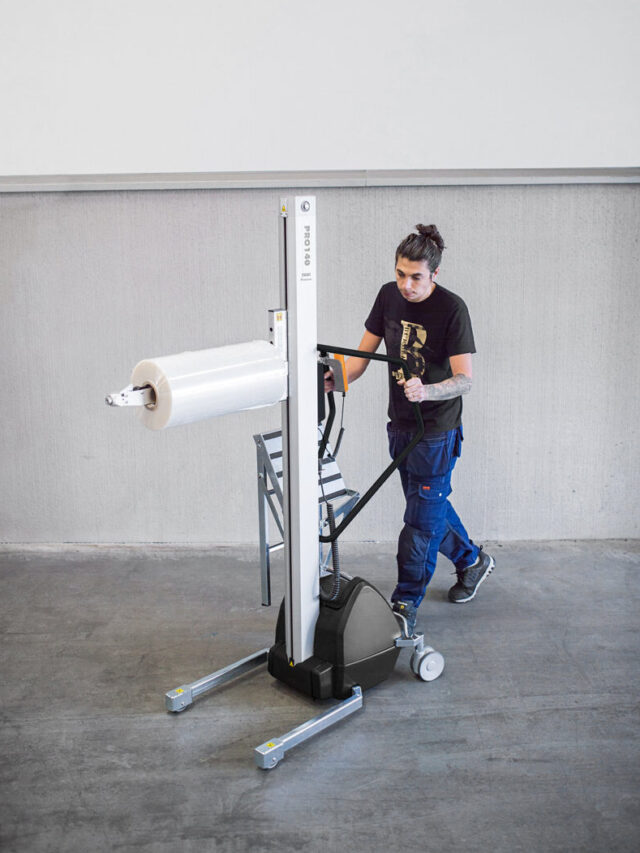 Man lifting and moving plastic roll using a handhold vacuum lifter