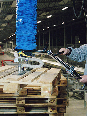 lifting wooden pallet with vacuum lifter