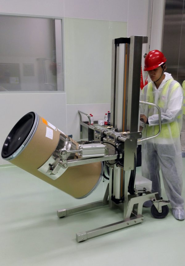 lifting and tilting drum with electric lifter