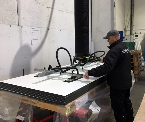 lifting benchtops with vacuum lifter