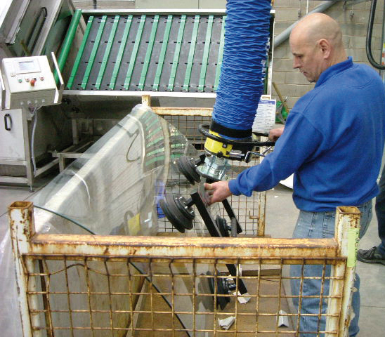 Lifting curved glass with vacuum lifter