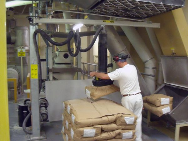 lifting paper sacks from pallet with vacuum lifter