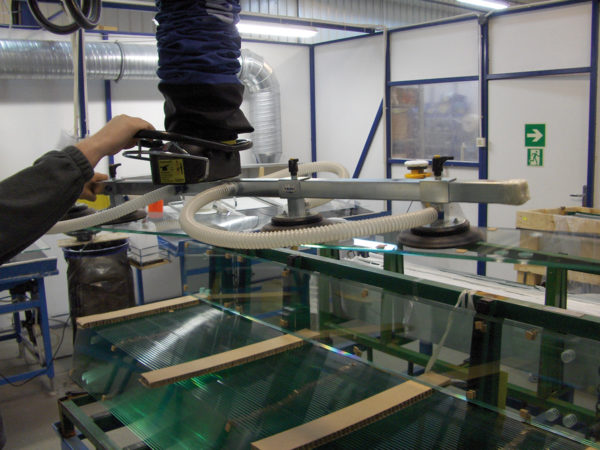 lifting glass panels with vacuum lifter