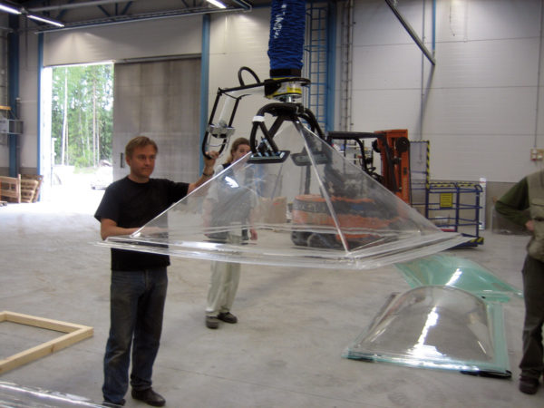 Lifting glass components with vacuum lifter