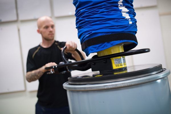 lifting big drum with vacuum lifter