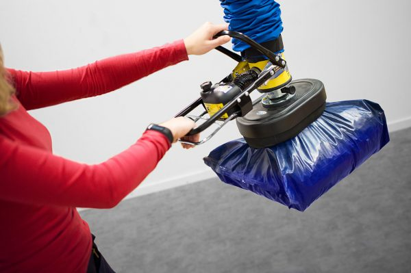 Lifting plastic sack using handheld vacuum lifter