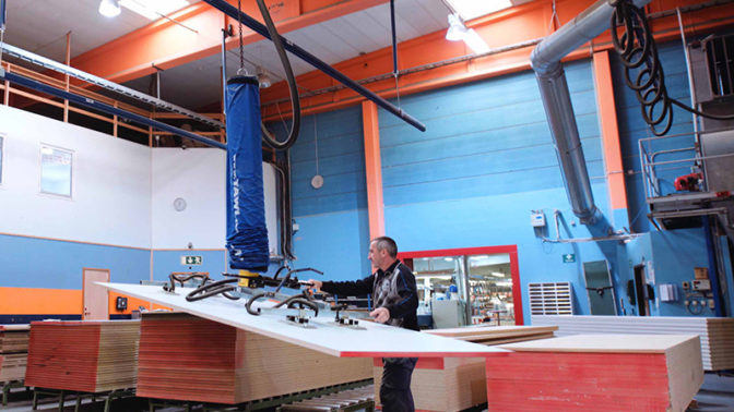 lifting wood sheets with vacuum lifter