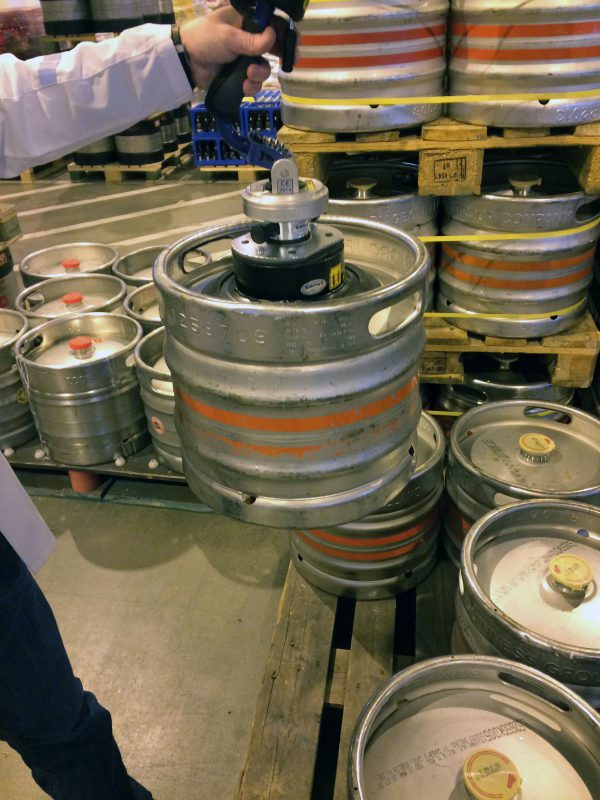 lifting kegs with handheld vacuum lifter