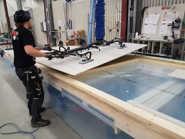 lifting wood panels with vacuum lifter