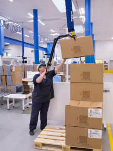 Lifting boxes above shoulder height using flexible vacuum lifter