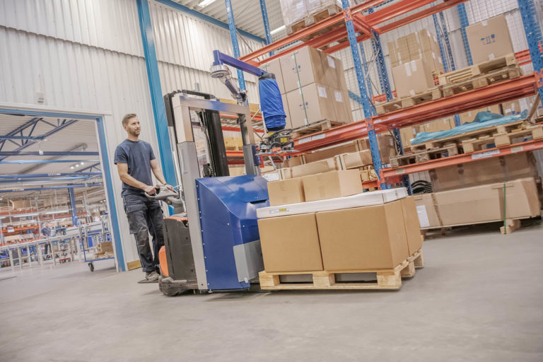 Order picking with mobile vacuum lifter on forklift