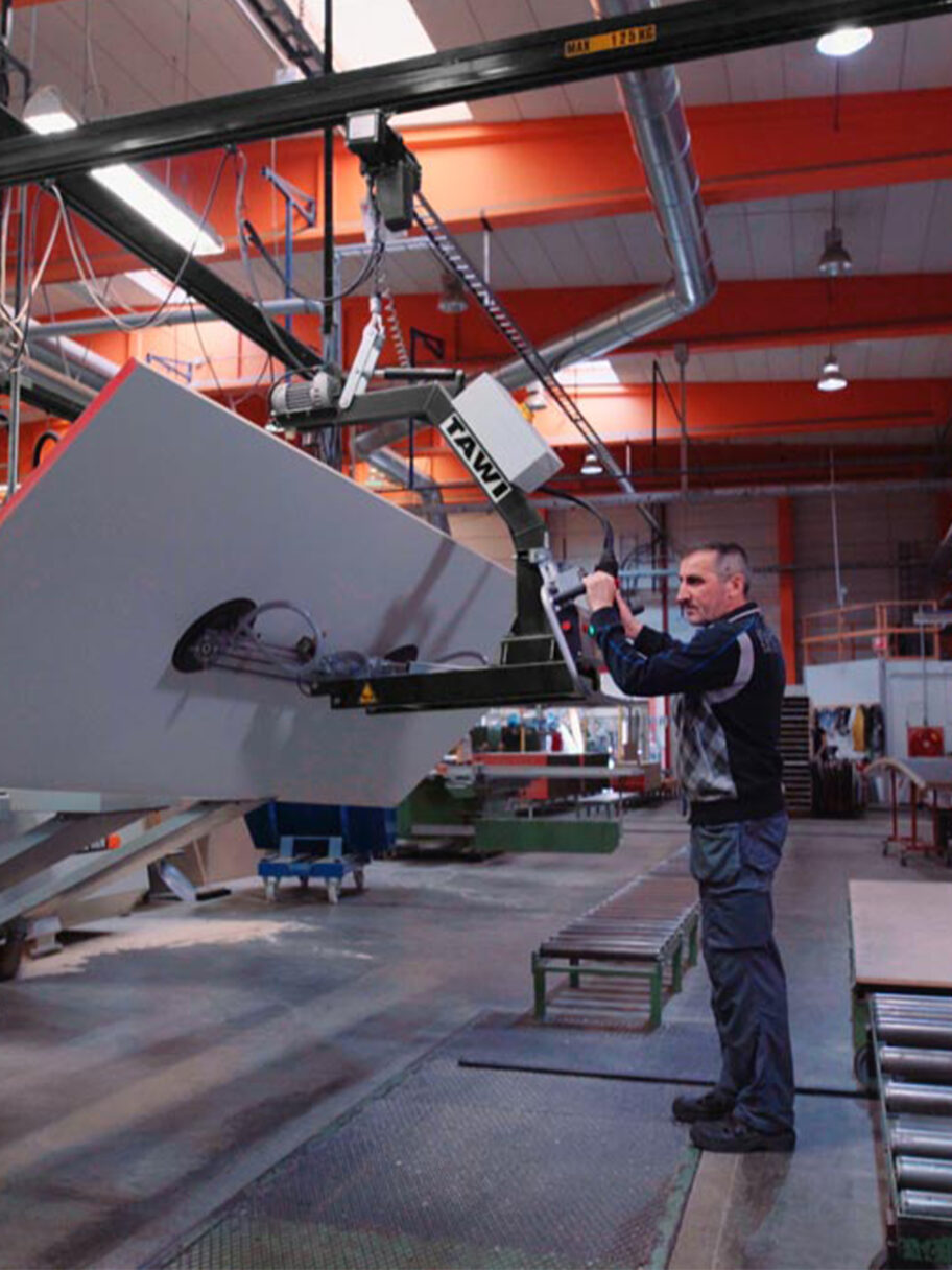 Man lifting big wooden sheet up using Tawi vacuum lifter roof system