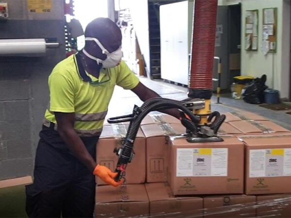 Lifting boxes from conveyor to pallet