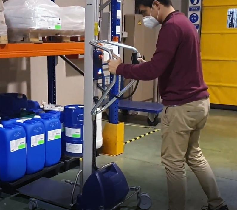 Moving jerrycan with lifting trolley