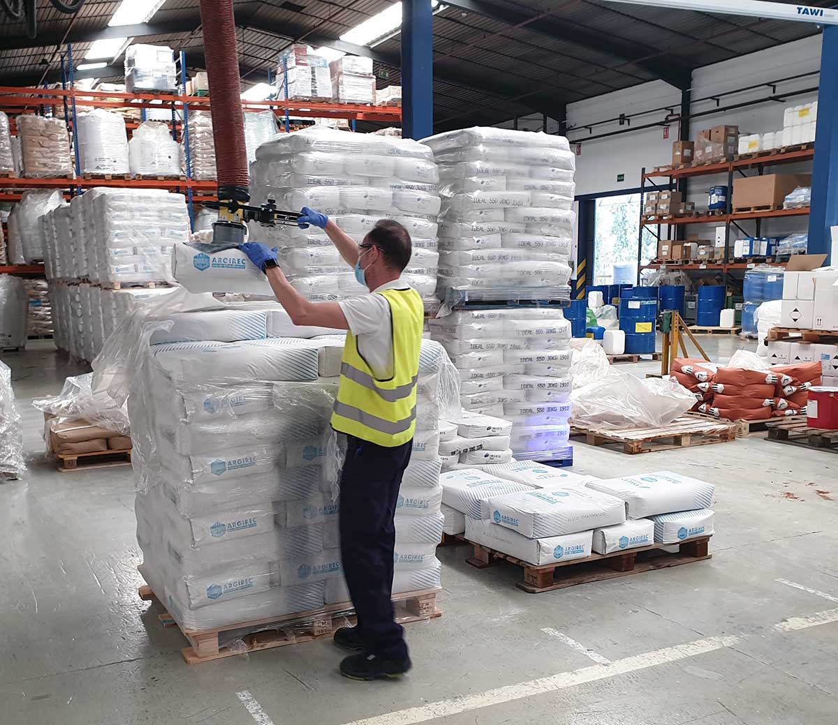 Lifting sacks from pallet using handheld vacuum lifter