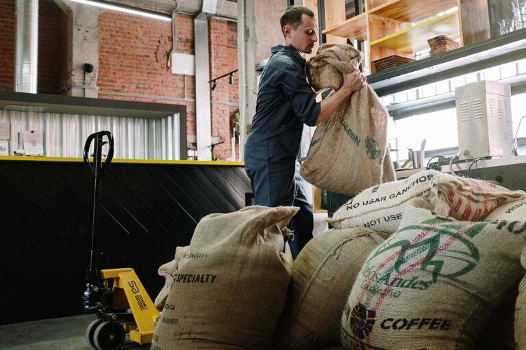 Sollevamento manuale di sacchi pesanti
